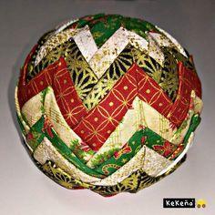 En esta ocasión le va a to. Folded Fabric Ornaments, Quilted Christmas Ornaments, Hand Painted Ornaments, Handmade Ornaments, Handmade Christmas, Christmas Crafts, Ornaments Design, Ball Ornaments, Bow Hanger