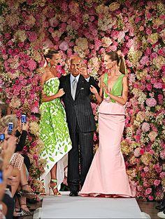 Oscar de la Renta with models Karlie Kloss and Daria Strokous in September 2014