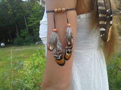 Brassard damérindiennes plume tribal inspiré  Faisan sauvage bel plumes drapé bas de Suède brun Avec des accents de perle en bois Liens autour du