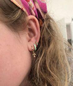Blue and gold earrings Cute Jewelry, Gold Jewelry, Jewelry Accessories, Jewlery, Hippie Jewelry, Helix Earrings Hoop, Gold Earrings, Accesorios Casual, Piercing Tattoo