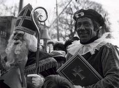 Piet Römer als Zwarte Piet (de hoofdpiet) met het boek van Sinterklaas,