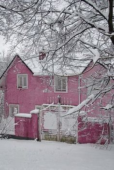 pink house, neige rose, house under snow Pink Love, Pretty In Pink, Rosy Pink, Perfect Pink, Beautiful Homes, Beautiful Places, House Beautiful, Beautiful Flowers, Pink Snow