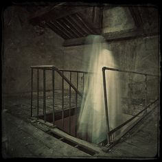 Ghost Hunts, Ghost Hunting, Haunted Breaks, Roast Haunted, The Paranormal Ghost Images, Ghost Pictures, Creepy Pictures, Eye Pictures, Scary Places, Haunted Places, Haunted Houses, Haunted Mansion, Spirit Photography