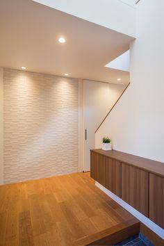 玄関正面には空気を美しく整えてくれるエコカラットを。タイルの厚み分壁をへこませて埋め込んでいるためスッキリ仕上がりました。 Building A House, Old Things, Lounge, Living Room, Interior, Furniture, Entrance Halls, Home Decor, Film