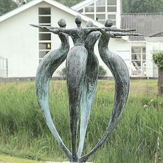 Deze zeer harmonisch vormgegeven sculptuur geeft een gevoel van gelijkwaardigheid en eenheid weer. Onontbeerlijk voor ieder team.