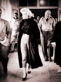 marilyn monroe outfits best outfits - Page 8 of 100 - Celebrity Style and Fashion Trends Style Marilyn Monroe, Marilyn Monroe Outfits, Marilyn Monroe Photos, Marylin Monroe Body, Rare Marilyn Monroe, Hollywood Glamour, Old Hollywood, Norma Jeane, Chant