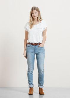 T-Shirt mit Leineneinsätzen und durchbrochenen Zierborten. V-Ausschnitt und kurze Ärmel. ZUSAMMENSETZUNG: 100% LEINEN. APPLIKATION: 100% VISKOSE....