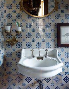 Parisien Bathroom - blue and white tiles, antique fixtures. Ivy House, Interior, Blue Rooms, Vintage Bathroom, House Interior, Bathroom Interior, Bathrooms Remodel, Bathroom Decor, Beautiful Bathrooms