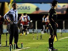 """Baixinho.  BAIXINHO: """"Mano é frouxo"""".    Deputado federal pelo PSB-RJ, Romário voltou a criticar Mano Menezes após a vitória por 2 a 1 do Brasil sobre a Argentina na partida de ida do Superclássico das Américas, realizada na noite desta quarta-feira no Estádio Serra Dourada, em Goiânia. O ex-atacante chamou o treinador de """"frouxo"""", cobrou a demissão do profissional e também uma atitude da presidente do Brasil, Dilma Rousseff."""