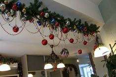 easy and affordable christmas decorating ideas to brighten up the holidays 36 Christmas Ceiling Decorations, Christmas Swags, Xmas Wreaths, Christmas Table Settings, Christmas Mantels, Primitive Christmas, Christmas Holidays, Diy Weihnachten, Holiday Decor