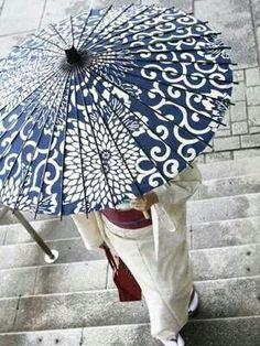 Navy-&-white chrysanthemum patterned wagasa (Japanese oil-paper umbrella) ^^