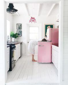 Strong case for white floors and a pink fridge 🥛💕 Interior Stylist, Interior Design, Room Interior, Interior Ideas, Pink Tub, Retro Fridge, Pink Smeg Fridge, Location Villa, Küchen Design