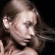 This ear cuff is made of bronze with rhodium vermeil. It hangs on the top of the ear and grabs the earlobe. It is bendable to make it fit your ear shape and sit comfortably. Kissing Fly Phoenix Ear Cuff was inspired by the myth animal, phoenix, the symbol of luck and royalty. It is worn on the right ear and the phoenix symbolises the female. When Kissing Fly Dragon meets Kissing Fly Phoenix on the cloud, they become the shape of a heart.