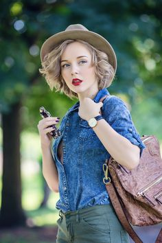 darya kamalova a fashion blogger from thecablook is wearing santa clara fluo loafers with givenchy pandora bag and catarzi classic fedora hat-57