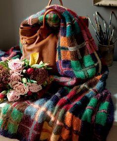 Un plaid à carreaux multicolores, tricot / A squared tartan rug multicolored, knit
