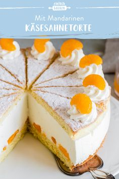 Käsesahnetorte mit Mandarinen This simple cheese cream cake with juicy tangerines is prepared with a classic cheese cream cream made from quark and cream and melts on your tongue. cake baking # cream cheese cake with mandarins Easy Cheesecake Recipes, Cake Mix Recipes, Easy Cookie Recipes, Cupcake Recipes, Dessert Recipes, Party Desserts, Simple Cheesecake, Healthy Desserts, Homemade Cheesecake
