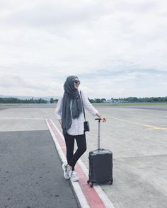 Best Tip to Style Hijab Outfit during Travel – Girls Hijab Style & Hijab Fashion Ideas Islamic Fashion, Muslim Fashion, Fashion Wear, Fashion Outfits, Casual Hijab Outfit, Hijab Chic, Ootd Hijab, Ootd Poses, Hijab Trends