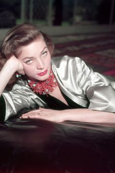The death of famed actress Lauren Bacall, the husky-voiced starlet known for her sultry sensuality, not only meant the loss of a true Hollywood legend, but also the end of a golden era of icons. Hollywood Glamour, Classic Hollywood, Old Hollywood, Bogie And Bacall, Ideas Joyería, Lead Lady, Photo Portrait, Portraits, Lauren Bacall