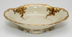 KPM. Bowl oval de porcelana alemã decorada ao padrão `Friederiks` em douração de motivos foliáceos.