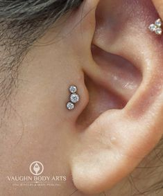 Brittney got to do this lovely tragus piercing for Andrea. We simply adore how perfect this cute little three stone cluster from @anatometal looks on her ear. Great choice Andrea. Thanks so much for letting us pierce you! We have more of these little...