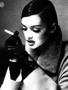 [フリー画像] 人物, 女性, 煙草・タバコ, モノクロ写真, 俯く, 201104062100