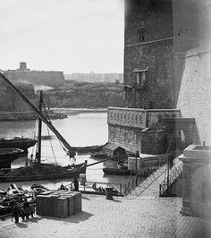 Marseille 1860. Embouchure du canal Saint Jean sur le Vieux-Port. La tour du Roi René en arrière. Le Fort Saint Nicolas au loin.