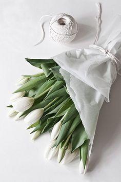 Enkel men fin bindning för tulpanbuketten ni kanske ger till rektorn denna dag :)