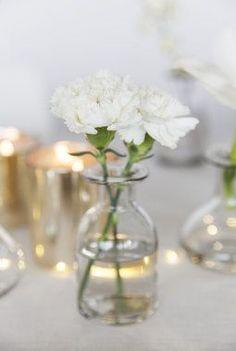 Slik pynter du et vakkert konfirmasjonsbord Wedding Centerpieces, Wedding Decorations, Table Decorations, Dream Wedding, Wedding Day, Bud Vases, Living Room Decor, Wedding Flowers, Glass Vase