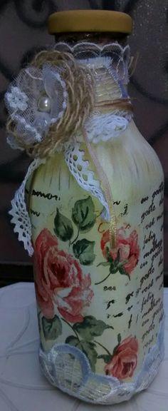 Garrafa com pintura, decopagem de guardanapo, carimbo, sombreados e customizada com guipir, passamanaria, renda, pérola e flor de juta confeccionado por Denise Gomes.