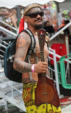 beautiful tahitian ukulele & tattoo