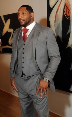 Lewis wearing a grey suit that has wide suit lapels, and a large red tie knot. Grey 3 Piece Suit, 3 Piece Suits, Large Men Fashion, Mens Fashion, Fashion Tips, Classy Suits, Ray Lewis, Just Style, African American Men