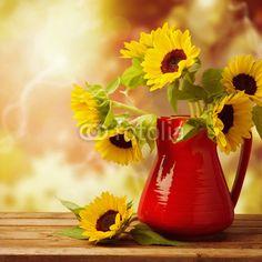 Slunečnice kytice ve džbánu na dřevěném stole v průběhu podzimu bokeh