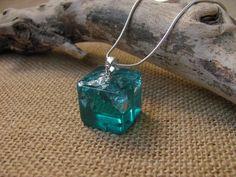 Collares de abalorios - Collar Cubo Azul Mar en Resina - hecho a mano por AlpacaBlue en DaWanda