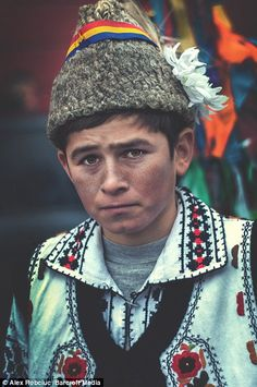 These are the amazing images of a remote region hidden in the Romanian Transylvanian Alps where people live in a manner that their medieval ancestors would recognise. Tribal Fashion, People Of The World, World Cultures, Traditional Dresses, First World, Romania, Cute Kids, Medieval, Portrait