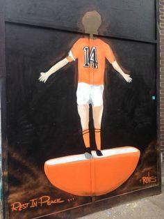 Spoczywaj w spokoju czyli świetne graffiti z legendą futbolu • Graffiti na cześć zmarłego Johana Cruyffa • Wejdź i zobacz więcej >> #cruyff #football #soccer #sports #pilkanozna