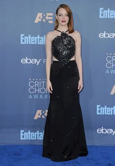 Emma Stone wore a Roland Mouret cut out gown with Jimmy Choo shoes. Emma Stone 2017, Emma Stone Red Carpet, Critics Choice, Choice Awards, Red Carpet Dresses, Red Carpet Fashion, Nice Dresses, Long Dresses, Strapless Dress Formal