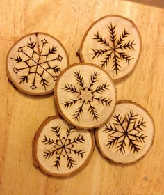 Hand crafted wooden snowflake christmas tree by NicEmily on Etsy Wooden Spool Crafts, Wood Slice Crafts, Wood Burning Crafts, Wood Burning Patterns, Wood Burning Art, Christmas Wood Crafts, Wooden Christmas Ornaments, Wood Ornaments, Christmas Deco