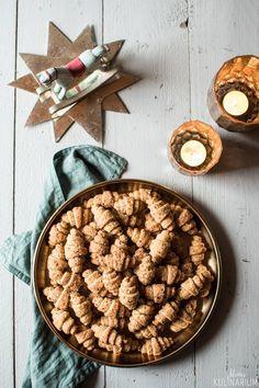 Diese Nuss-Zimt-Hörnchen sind kinderleicht gemacht und einfach perfekt für die Plätzchendose an Weihnachten. Perfekt fürs Backen mit Kindern