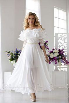 Купить или заказать Платье 'Versailles' в интернет-магазине на Ярмарке Мастеров. Шикарное свадебное платье с пышными воланами на груди и летящей юбочкой! Цвет платья молочный! Сочетание нежного гипюрового кружева, очень приятного для кожи и воздушной юбочки из креп- шифона!