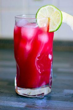 Cocktail analcolico con lamponi, cranberry, zenzero e sciroppo di orzata.
