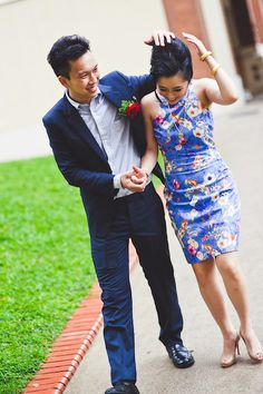 The bride wears a beautiful blue cheongsam.