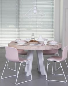 Roze stoeltje en een ronde tafel, pure romance! Style At Home, Dinner Room, Cute Kitchen, New Home Designs, Home Decor Inspiration, Furniture Makeover, Decorating Your Home, Sweet Home, Dining Table