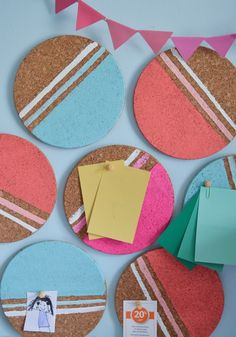 Organize and decorate a cool DIY idea for your study – Painted round cork coasters serve as a pin board - Diy Gifts Cork Bulletin Boards, Cork Boards, Memo Boards, Cork Coasters, Diy Décoration, Diy Signs, Cool Diy, Diy For Kids, Diy Room Decor