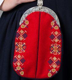 Løslomme/veske til kvinnebunad fra Nordmøre Bridal Crown, Color Shapes, Vera Bradley Backpack, Traditional Outfits, Norway, Wedding Jewelry, Colours, Costumes, Purses