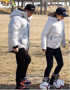 What's unusual about this photo? Both keeping each other company even though it's a ⚽️. for me it's intimacy (as a counsellor and body language expert) Gary And Ji Hyo, Running Man Korean, Monday Couple, Body Language, Shanghai, Songs, Ep, Couples, Instagram