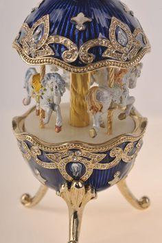 Un splendide oeufs de Fabergé à la main avec cheval carrousel orné de Swarovski cristaux or plaqué bleu émail peint. par Keren Kopal. Catalogue #: E548 Taille de lélément : Cm: H 13 x W x 6,4 L 6.4 Pouces: H 5,07 x W L 2,5 x 2,5 • La main par lartiste Keren Kopal. • Plaqué 24K or ou en argent 925. • Chaque cristal est trié sur le volet et artistiquement placé sur chaque morceau. • La boîte bijou a une attache magnétique pour garantir la fermeture. • Chaque élément de Keren Kopal est livré…