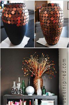 Vase dekoriert mit Münzen