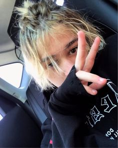 Leondre you are so perfect. I love this picture of you. It is my favorite right now. I love you. I will always be hear for you. Just because I haven't been to any of your shows  know I think of you every minute of every day. I watch all your old younow and twitcam videos. I watch your consorts on YouTube when I can. And your songs are what get me threw the long days. I love you. Love your #1 Bambino