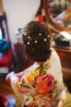 Naturally curly wedding updo with pearl pins. Hair and makeup by Sonja Sevin. photography by Justin Wright