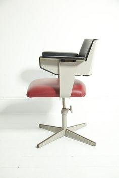 Friso Kramer; Painted Steel Swivel Chair for Ahrend Cirkel, 1960s. >